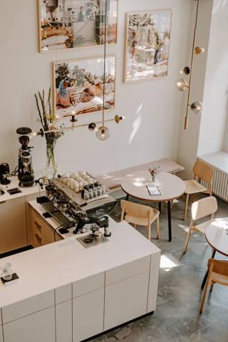 Blick auf die Espressobar im Cafe