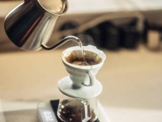 Zubereitung von Filterkaffee mit dem Handfilter.