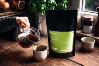 Frisch aufgebrühter Geta Bore Filterkaffee in Kinto Tasse in der Küche