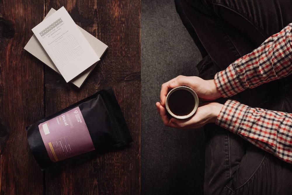 Decaf Filterkaffee mit Tasse und Händen