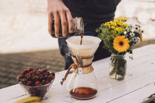 Den kalt extrahierten Kaffee in der French Press, oder einer anderen Filtermethode, filtrieren.
