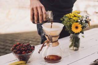 Den kalt-extrahierten Kaffee in der French Press, oder einer anderen Filtermethode, filtrieren.
