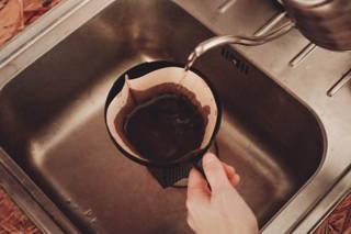 Bevor du den Filter mit dem Kaffee befüllst, spüle ihn einmal mit heißem Wasser durch.