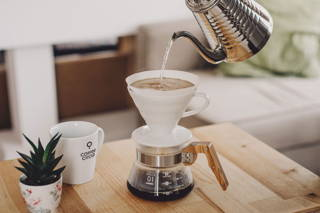 FIlterkaffee im Hario Handfilter und Coffee Circle Tasse