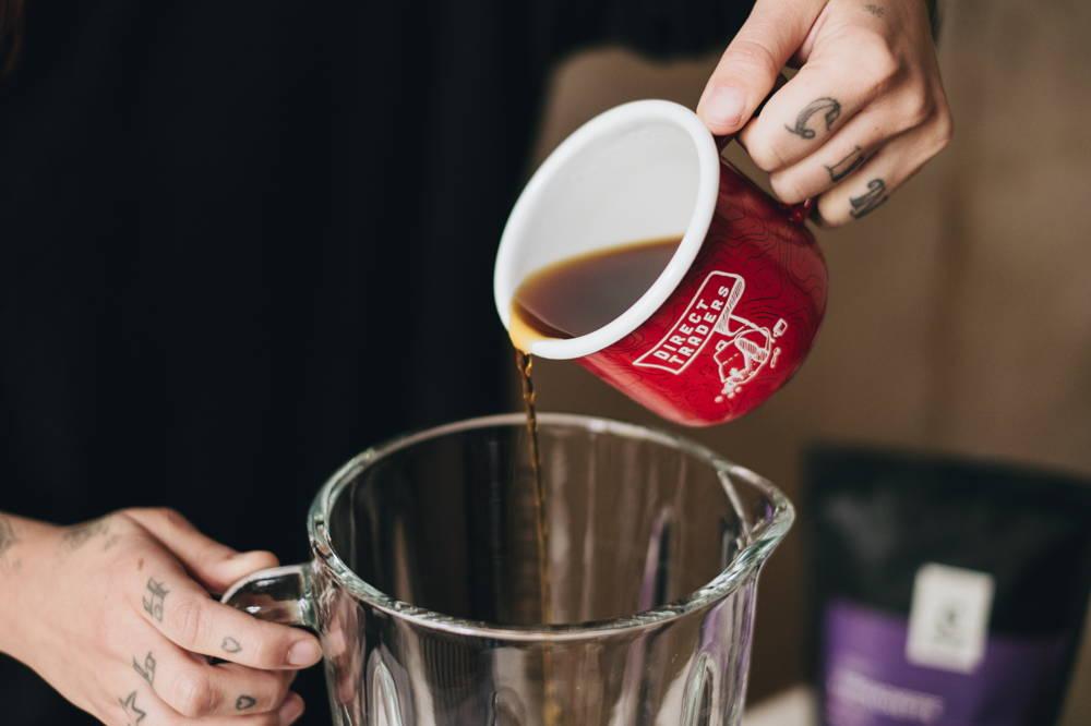 Eine halbe Tasse starken Kaffee