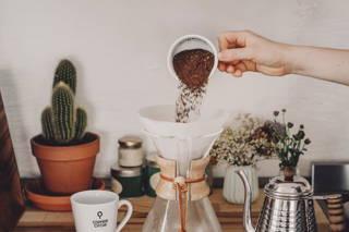 Verwende 38 g frisch gemahlenes Kaffeepulver für die 6 Tassen fassende Chemex (bei 600 ml) bzw. 48 g für die 8 Tassen-Karaffe (800 ml). Fülle das Pulver in den feuchten Papierfilter und schüttel die Kanne etwas, so dass sich das Pulver gleichmäßig und eben im Filter verteilt.