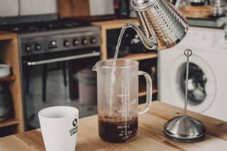 Lass' den Kaffee kurz blühen und gieße dann das Wasser auf