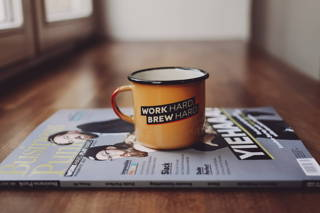Gewinne nun Tasse und Magazin