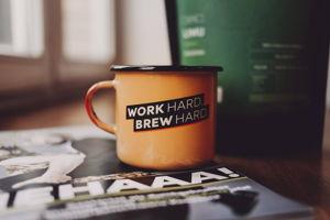Tasse und Kaffee und Magazin im Gewinnspiel