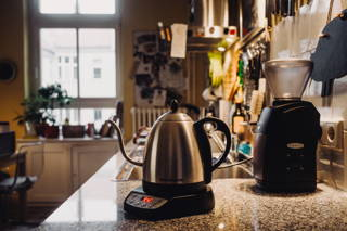 Wasserkocher und Kaffeemühle