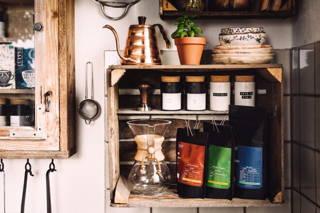 Limu Sidamo und Gano Grayo in einem Regal mit der Chemex und dem Hario Wasserkocher in de Küche