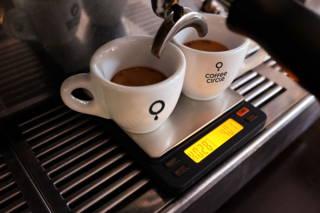Espresso Zubereitung in Coffee Circle Espressotassen mit Waage