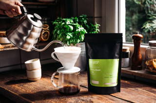 Geta Bore Kaffee mit Hario Handfilter und Wasserkocher in der Küche