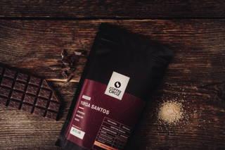 Aromen von braunen Zucker und Schokolade runden den kräftigen Geschmack unseres Yirga Santos ab.