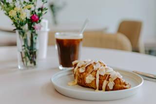 Sparkling Americano und Lemon Curd Croissant im Cafe