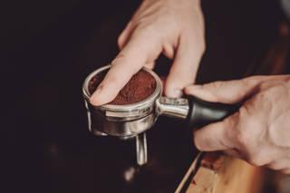 Kaffee im Siebträger glatt streichen