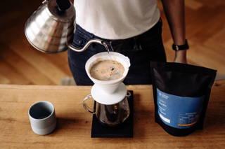 Karibu Filterkaffee wird frisch aufgebrüht mit dem Hario Handfilter und Wasserkocher