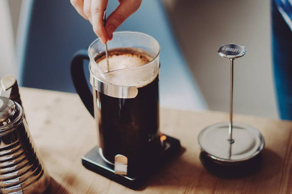 Kaffee wird umgerührt