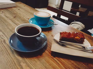 Filterkaffee, Cappuccino und leckerer Kuchen