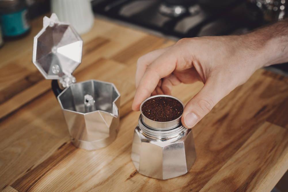 Filter einsetzen, Kaffeepulver einfüllen und Kanne schließen