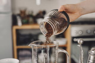 Füge den Kaffee in die Kanne