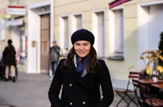 Ariane mit französischer Mütze vor dem Du Bonheur