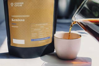 Kenissa Filterkaffee wird in eine Tasse gegossen.