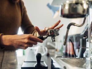 Siebträger mit Espresso befüllen