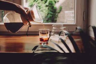 der Cold Brew wird ins Glas gegeben