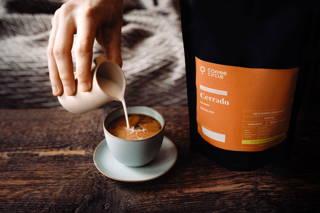 Cerrado Filterkaffee Espresso in einer Tasse mit Milch