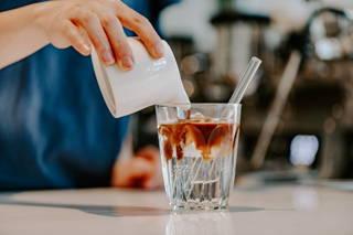 Zubereitung eines Sparkling Americanos im Cafe