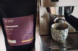 Decaf Espresso mit Espressomaschine und Tasse