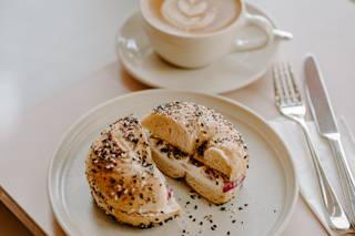 Bagel und Latte im Cafe