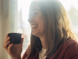 Frau beim Kaffee trinken im Café