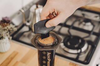 Rühre den Kaffee gut um