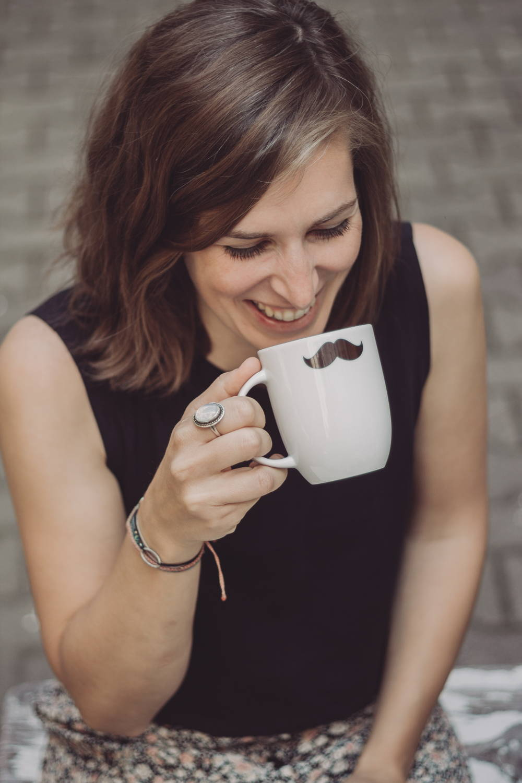 Coffee Circle Kaffee aus der Schnurrbart-Tasse schlürfen