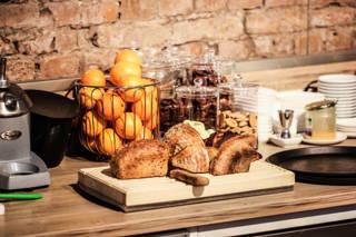 Frisch gebackenes Landbrot im Café du Bonheur