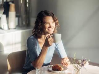 Frau beim Kaffee trinken im Café in Wedding