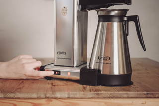 Jetzt ist es Zeit zum Brühen! Schalte nun die Kaffeemaschine ein.