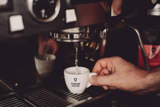 Wärme deine Espressotasse vor.