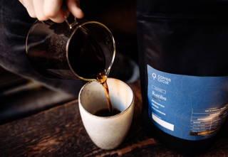 Karibu Kaffee wird frisch in eine Tasse eingeschenkt