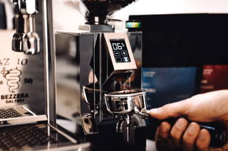 Espresso mahlen mit der Eureka Mignon Mühle für die Bezzera