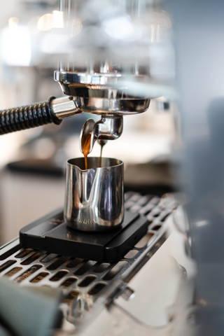 Espresso aus der Espressomaschine im Café