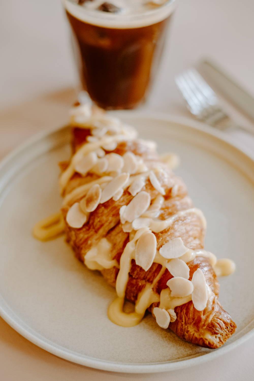 Lemon Curd Croissant und Sparkling Americano im Cafe