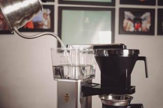 Befülle den Behälter bis zu dem obersten Strich mit Wasser.