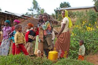 Kinder und Frauen bei dem Projekt