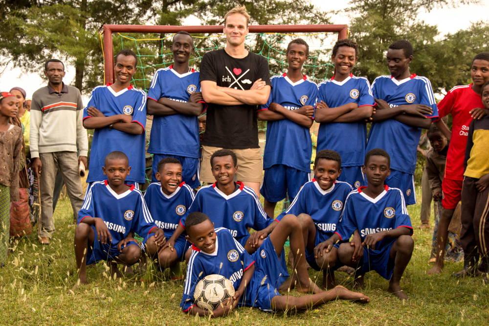 2011: Bau eines Schul-Volley- und Fußballplatzes (700 €)