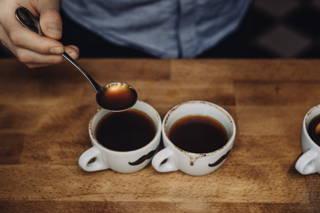 Wichtig immer zwei Becher von der gleichen Kaffeesorte aufbrühen