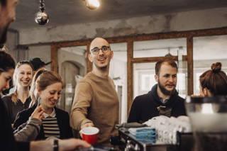 Das Team beim Kaffeetrinken