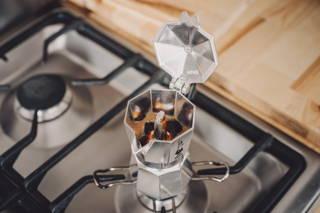 Epresso-Kanne beobachten und horchen